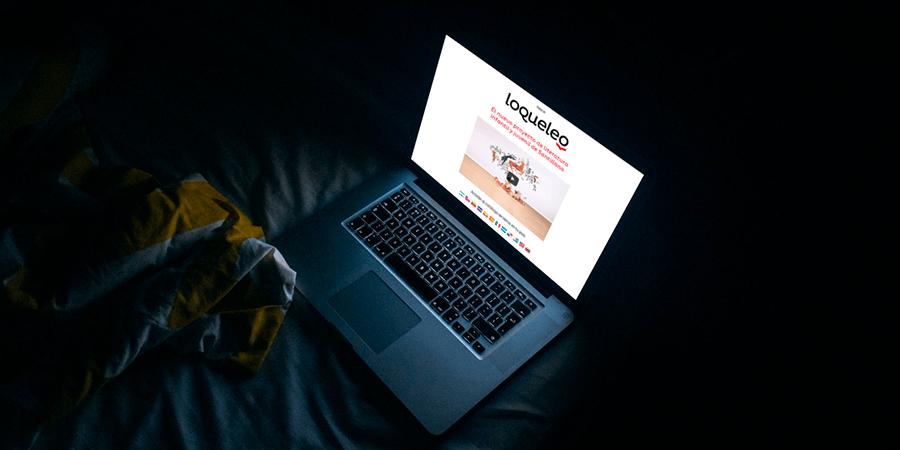 Portátil encima de una cama mostrando la página web de loqueleo