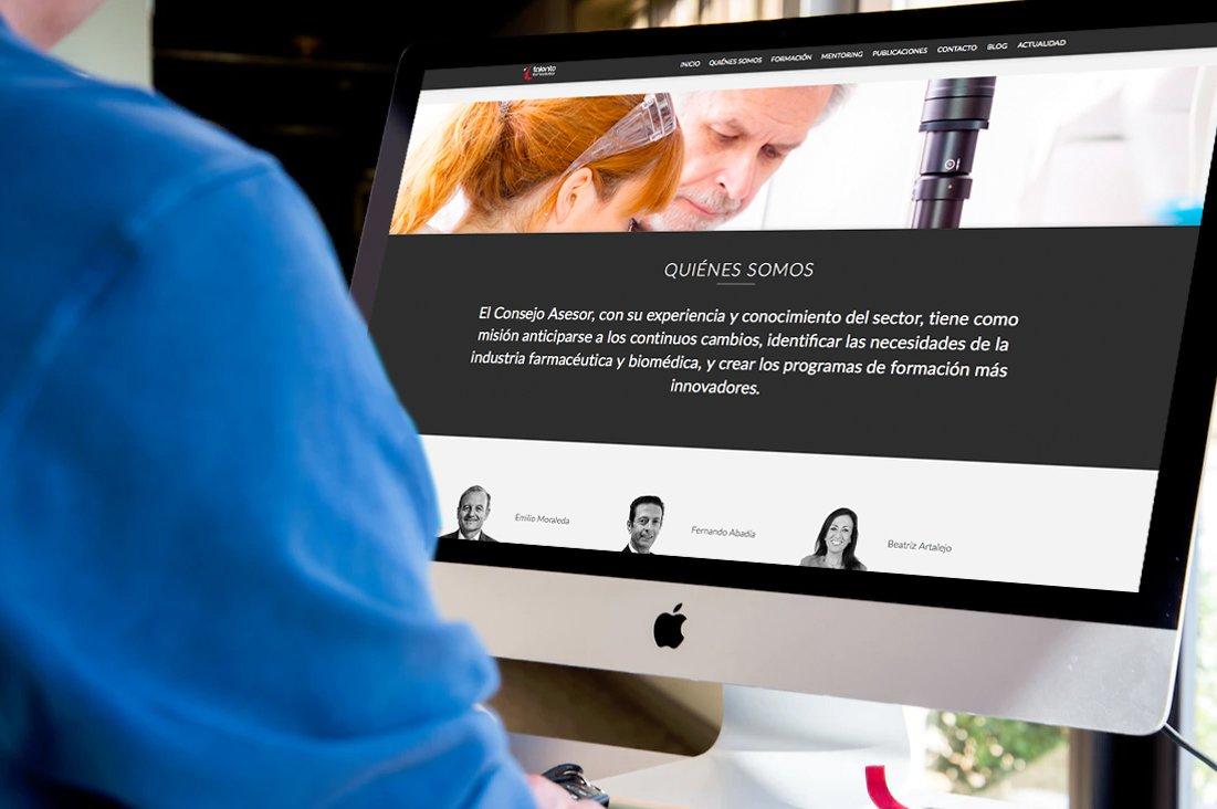 Ordenador de mesa mostrando la página de quiénes somos de Talento Farmacéutico